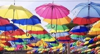カラフルな傘の写真・画像素材[3669396]