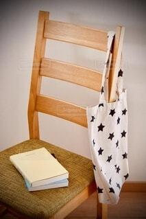 木製の椅子の上にある本の写真・画像素材[3693470]
