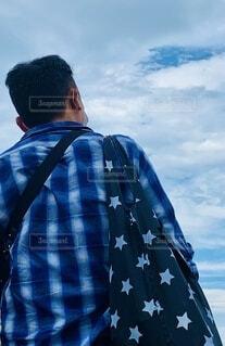 青いシャツを着た男の写真・画像素材[3695440]