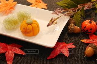 テーブルの上のお菓子の写真・画像素材[3736229]