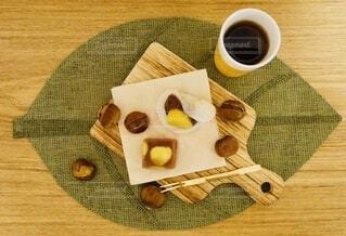 テーブルの上の和菓子とお茶の写真・画像素材[3806477]