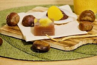 テーブルの上の和菓子の写真・画像素材[3806478]