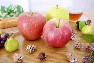テーブルの上のリンゴの写真・画像素材[3829465]