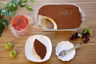木製のテーブルの上に食べ物の写真・画像素材[3864965]