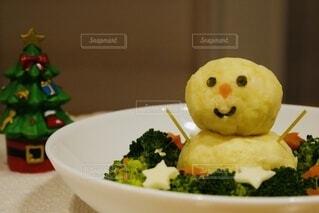 ブロッコリーと食べ物の皿の写真・画像素材[3905010]
