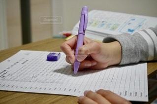 ペンを持つ手の写真・画像素材[4013045]