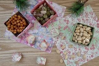 テーブルの上のお菓子の写真・画像素材[4114696]