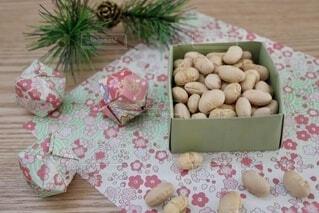 テーブルの上の箱に入った豆の写真・画像素材[4114694]