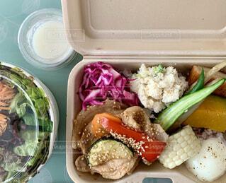 異なる種類の食べ物が入ったBOXの写真・画像素材[4170961]