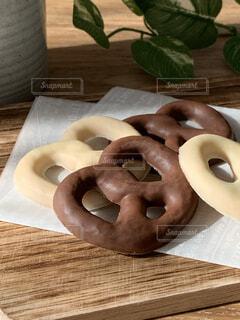 木製のテーブルの上にのってるお菓子の写真・画像素材[4179537]