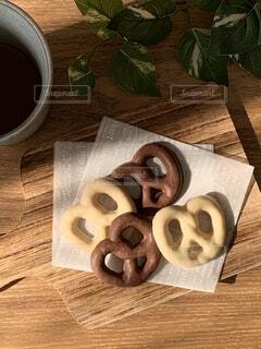 木製のテーブルの上にのってるお菓子の写真・画像素材[4179536]