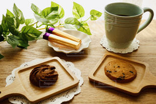 食べ物,カフェ,コーヒー,朝食,リビング,部屋,デザート,テーブル,おやつ,休憩,リラックス,食器,クッキー,カップ,おいしい,おうちカフェ,チョコ,ドリンク,木目,おうち,菓子,ライフスタイル,レシピ,トレー,おうち時間