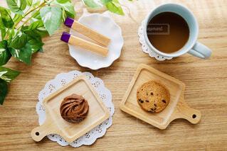 木製のテーブルの上の食べ物の写真・画像素材[4288538]