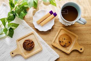 木製のテーブルの上にのってるコーヒーの写真・画像素材[4288537]