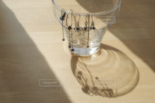 テーブルの上のグラスにアクセサリーの写真・画像素材[4318718]