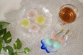 テーブルの上の和菓子の皿の写真・画像素材[4546260]