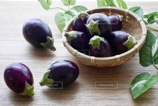 テーブルの上の野菜の籠の写真・画像素材[4654838]