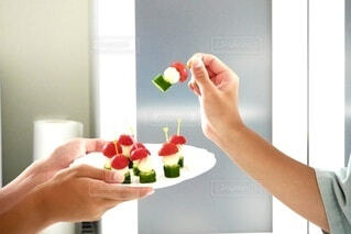 食べ物の皿を持つ人の写真・画像素材[4675004]