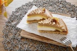 木製のテーブルの上のケーキの写真・画像素材[4790591]