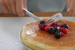 テーブルの上でケーキを切る人の写真・画像素材[4820512]