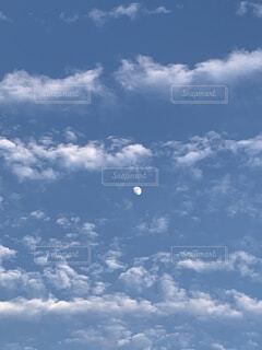 空の雲と月の写真・画像素材[4835660]