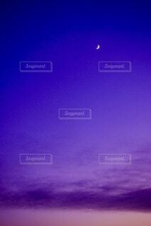 紫の空の三日月の写真・画像素材[4835661]