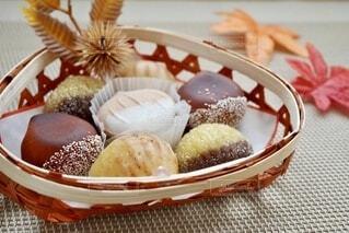 テーブルの上のお菓子の入れ物の写真・画像素材[4908081]