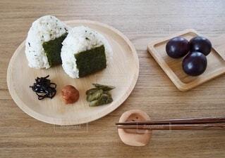 木製のテーブルの上に乗ってる和食の写真・画像素材[4946578]