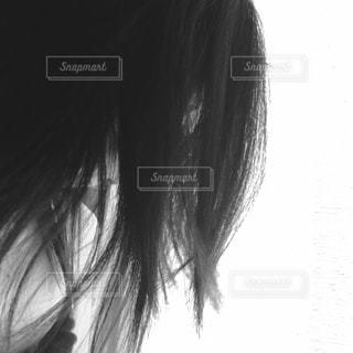 カメラを探している女性の写真・画像素材[817380]