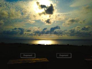 水の体に沈む夕日の写真・画像素材[1269077]