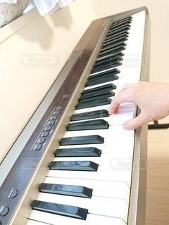 窓際のピアノの写真・画像素材[3256132]