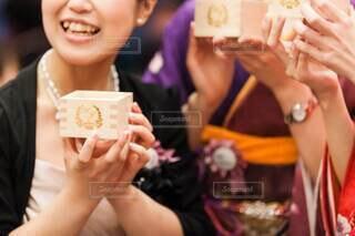 食べ物,屋内,結婚式,手持ち,デザート,人物,人,笑顔,升,ポートレート,披露宴,ライフスタイル,手元,ロゴ,神前式,オリジナル,参列,鏡開き,鏡割り,結婚式ドレス,木槌,ふるまい酒,ふるまい