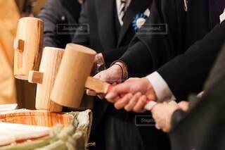 食べ物,花,日本酒,結婚式,手持ち,人物,結婚,料理,ポートレート,ライフスタイル,樽,白無垢,和装,手元,樽酒,神前式,鏡開き,鏡割り,玉串,結婚式ドレス,木槌