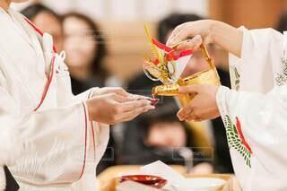 食べ物,結婚式,手持ち,人物,人,ポートレート,ライフスタイル,白無垢,和装,手元,神前式,三三九度
