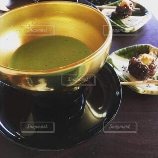 金の器でお抹茶の写真・画像素材[3877580]