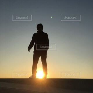 風景,空,屋外,太陽,朝日,夕暮れ,シルエット,月,人,立つ,正月,お正月,日の出,新年,初日の出