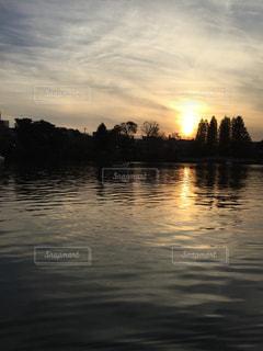 水の体に沈む夕日の写真・画像素材[3237727]