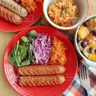 食べ物,朝食,屋内,テーブル,野菜,皿,サラダ,昼食,料理,ソーセージ,魚介類,ブランチ,ファストフード,スナック,満足,ボリューム,ボウル