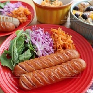 食べ物,朝食,テーブル,野菜,皿,昼食,キャベツ,肉,ソーセージ,ブランチ,ファストフード,肉汁,ニンジン,満足感