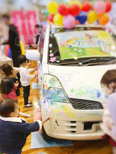 子ども,風景,屋内,カラフル,車,少女,ペン,人,幼児,少年,男の子,白色,紙,真剣,おえかき,少し,図面,おうち時間