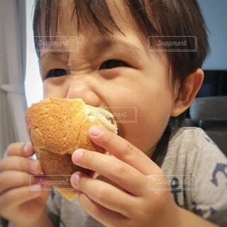 子ども,食べ物,風景,夏,イケメン,ランチ,屋内,かわいい,黄色,部屋,手,アート,男子,パン,指,楽しい,手持ち,美味しそう,おやつ,人物,オシャレ,人,座る,笑顔,赤ちゃん,お菓子,顔,サンドイッチ,食品,食べる,料理,幼児,朝ごはん,装飾,ポートレート,手作り,少年,男の子,2歳,かぶりつき,怖い,ちょうだい,いただきます,ライフスタイル,口,おねだり,乳児,昼ごはん,ファストフード,スナック,目力,手元,お腹すいた,食欲,ちぎりパン,キレイ,3歳,食べたい,上半身,目元,いらっしゃいませ,半袖,1人,少し,図面,いいな,持ち手,食品の渇望,欲しいな