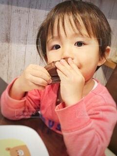 子ども,食べ物,屋内,赤,かわいい,手,女子,男子,女の子,家,手持ち,デザート,テーブル,おやつ,皿,人物,人,赤ちゃん,チョコレート,食べる,ダイニング,幼児,おいしい,バレンタイン,ポートレート,チョコ,少年,ダイニングテーブル,2歳,若い,お皿,ライフスタイル,壁紙,手元,3歳,長袖,1人,少し,人間の顔