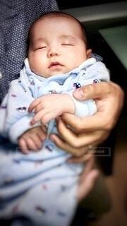 子ども,1人,風景,屋内,かわいい,室内,手,女子,男子,女の子,手持ち,寝顔,寝る,人物,人,座る,赤ちゃん,幼児,ポートレート,抱っこ,少年,新生児,男の子,ライフスタイル,手元,抱きしめる,長袖,目元,スリーパー,人間の顔