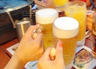 食べ物,パーティ,朝食,屋内,屋外,ジュース,オレンジ,仲良し,楽しい,手持ち,人物,人,ボトル,ビール,カップ,泡,カクテル,ポートレート,乾杯,バーベキュー,飲み会,ドリンク,ビアガーデン,アルコール,ライフスタイル,手元,飲料,4人,ソフトド リンク,パイント