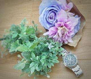 テーブルの上の花瓶に花束と時計の写真・画像素材[3782779]