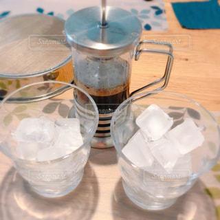 テーブルの上に水を1杯入れの写真・画像素材[3255818]