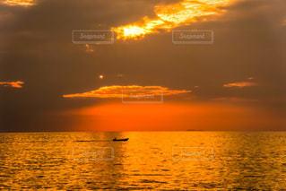 水の体に沈む夕日の写真・画像素材[3400825]