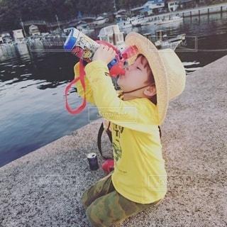 帽子をかぶった小さな男の子の写真・画像素材[3402424]