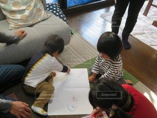 子ども,家族,屋内,ペン,幼児,クレヨン,2歳,紙,おえかき,おうち時間