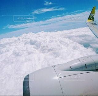 飛行機の窓からの写真・画像素材[3256075]